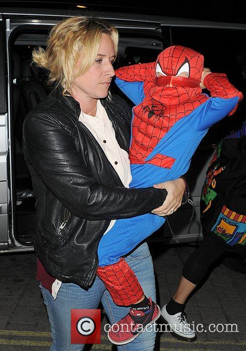 gwen stefanis son zuma wearing a spiderman 4102125
