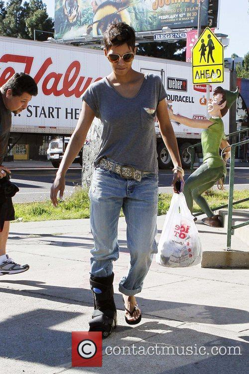 halle berry wears a foot brace while 5779345