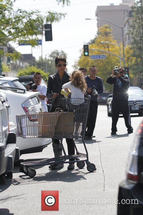 halle berry with her daughter nahla shopping 3779537