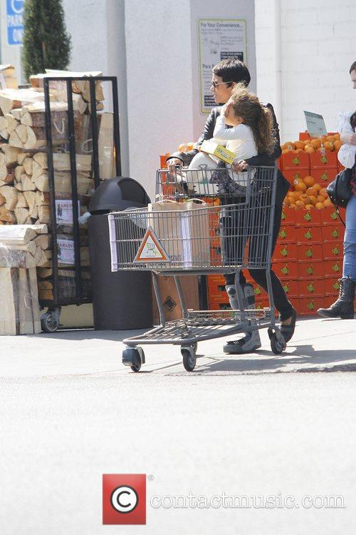 halle berry with her daughter nahla shopping 3779544