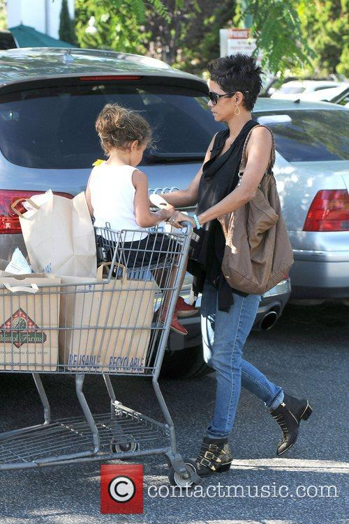 Halle Berry pushing daughter Nahla in a shopping...
