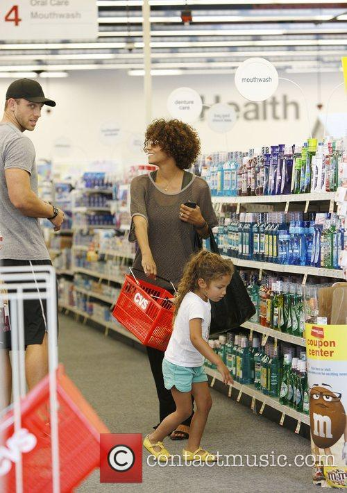 halle berry shopping with her daughter nahla 3885579
