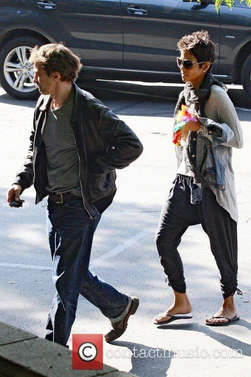 Halle Berry and Oliver Martinez 8