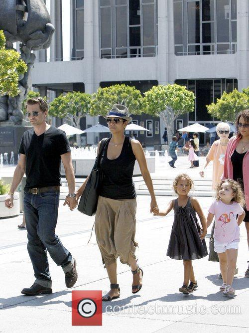 Olivier Martinez and Halle Berry 5