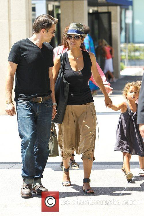 Olivier Martinez and Halle Berry 15
