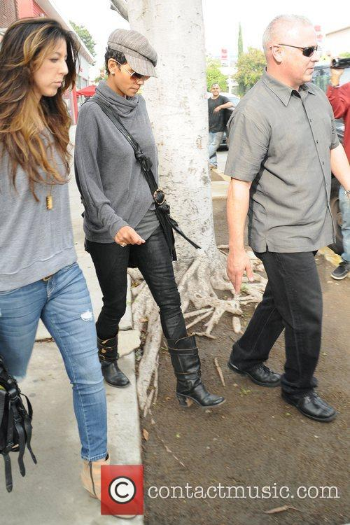 halle berry exits pavillons supermarket in west 5962477