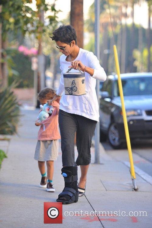 halle berry wears a foot brace as 5775855