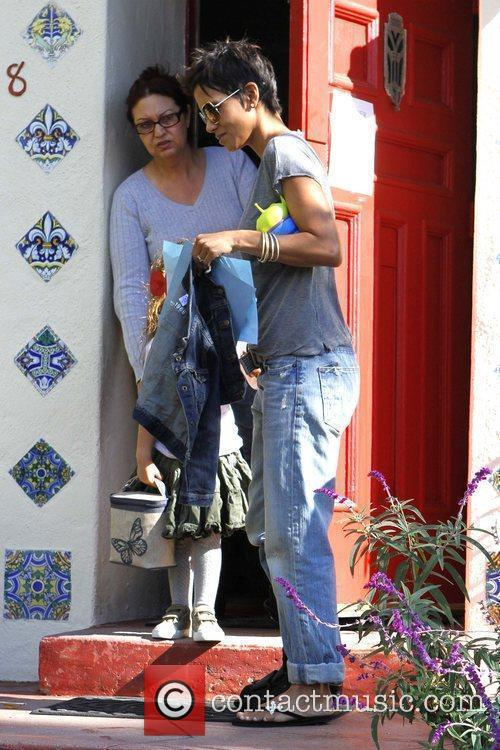 halle berry picking up her daughter nahla 5779375