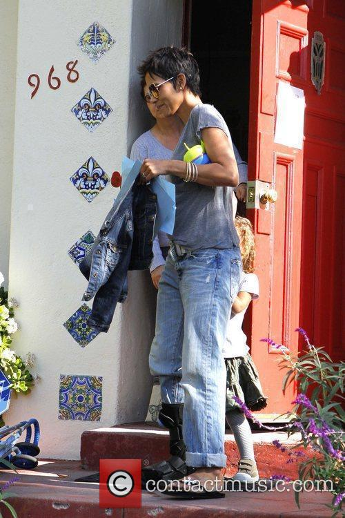 halle berry picking up her daughter nahla 5779378