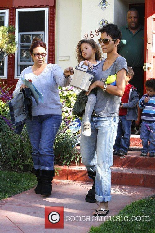 halle berry picking up her daughter nahla 5779384