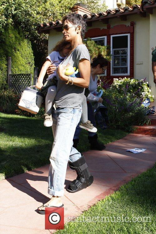 halle berry picking up her daughter nahla 5779388
