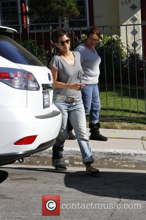 halle berry picking up her daughter nahla 5779394