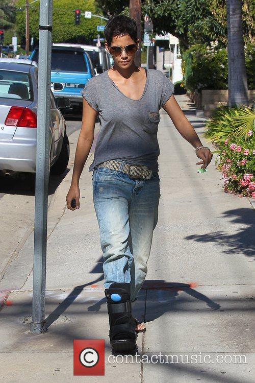 halle berry picking up her daughter nahla 5779397