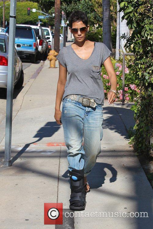 halle berry picking up her daughter nahla 5779400