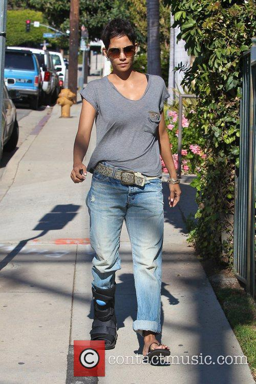 halle berry picking up her daughter nahla 5779401