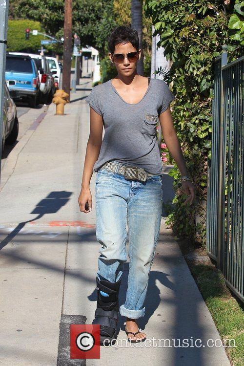 halle berry picking up her daughter nahla 5779402