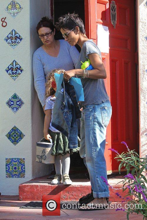 halle berry picking up her daughter nahla 5779407