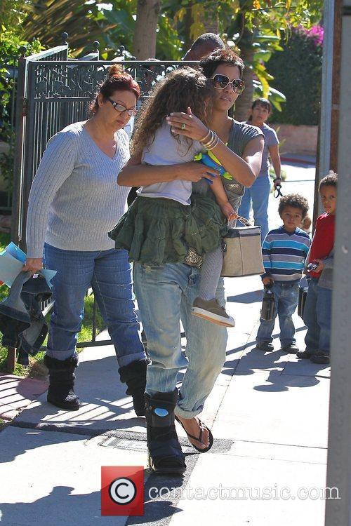 halle berry picking up her daughter nahla 5779415