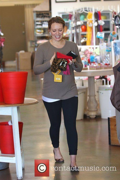 pregnant hilary duff shows off her bump 3664239