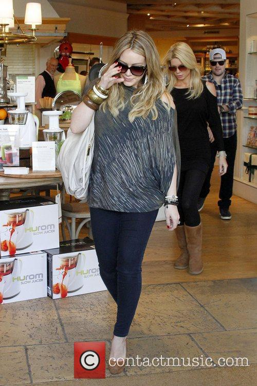 hilary duff shows off her growing baby 5773478