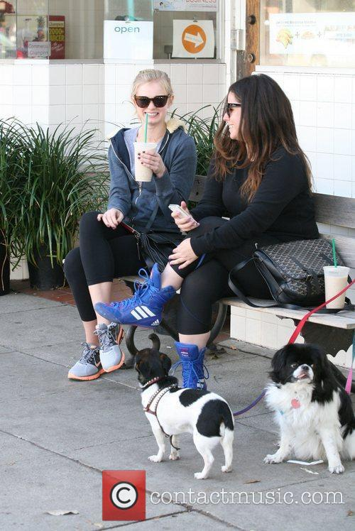 Sara Paxton drinks a smoothie with a friend...