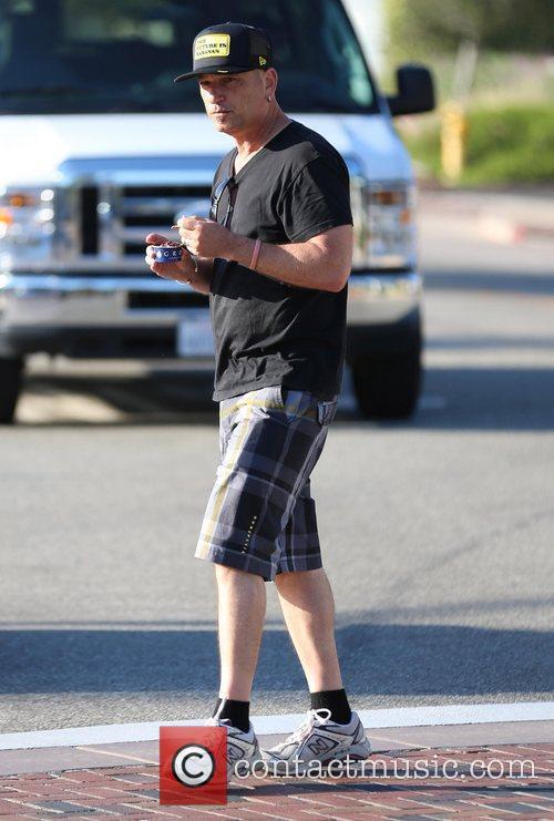 howie mandel eats ice cream whilst walking 4028843