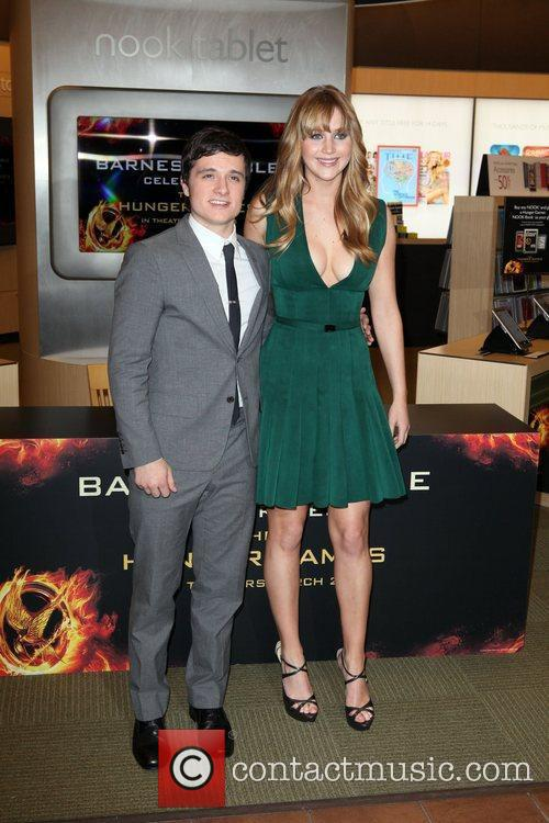 Josh Hutcherson and Jennifer Lawrence 3