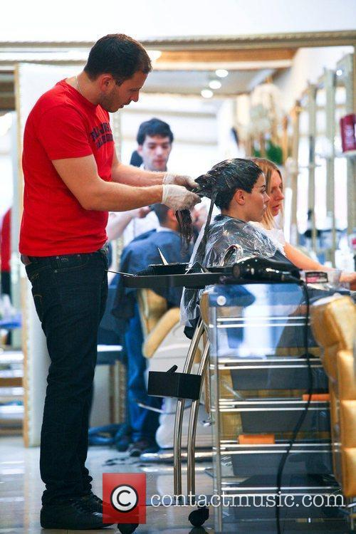 imogen thomas getting her hair dyed a 5898909