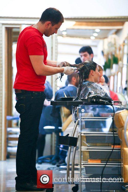 imogen thomas getting her hair dyed a 5898912