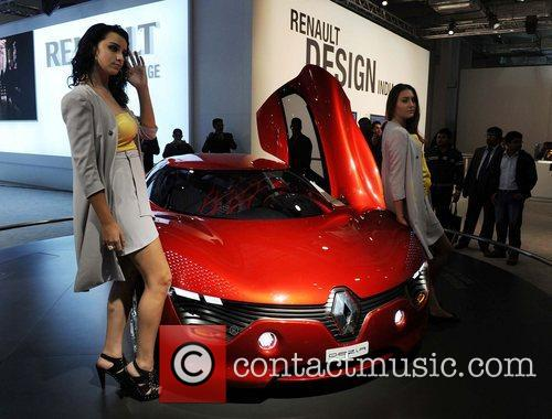 A model poses with the Renault Design car...