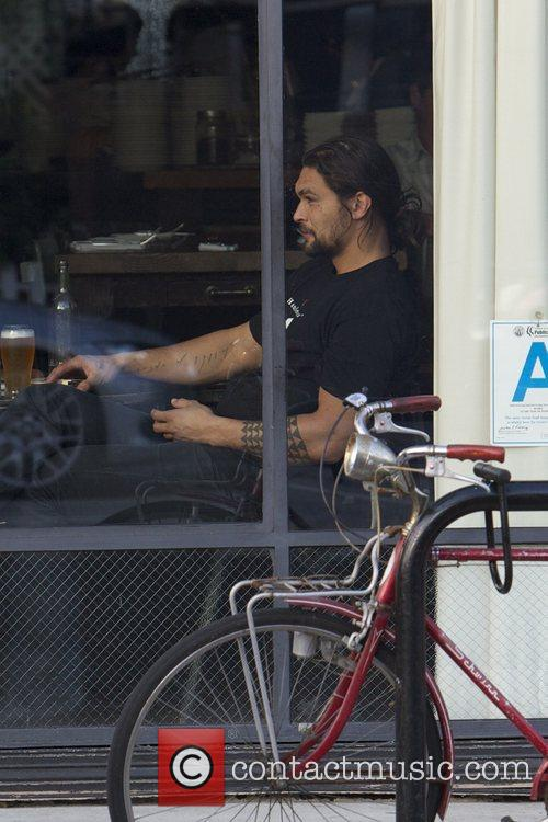jason momoa eats at a restaurant in 5782494