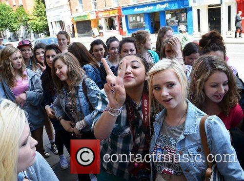 Atmosphere - Fans Jedward get mobbed by their...
