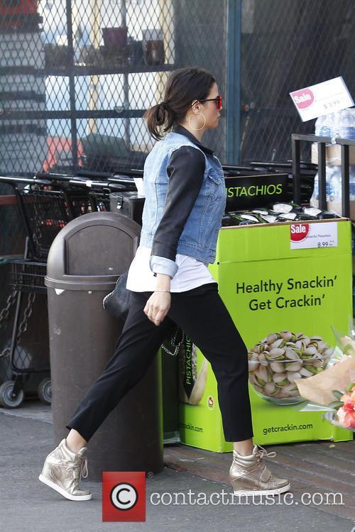 A pregnant Jenna Dewan-Tatum picks up some groceries...