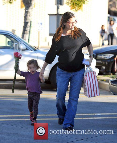 A heavily pregnant Jennifer Garner and her daughter...