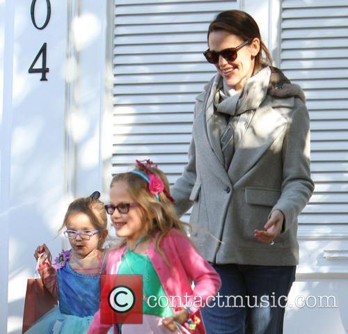 Jennfier Garner, Violet and Seraphina 6