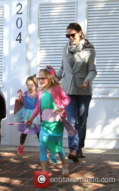 Jennfier Garner, Violet and Seraphina 9