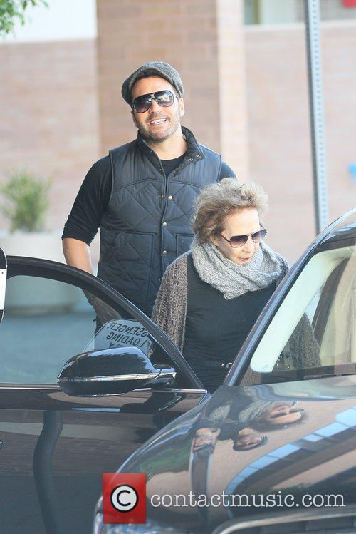 jeremy piven leaving lunch with his mother 5788318