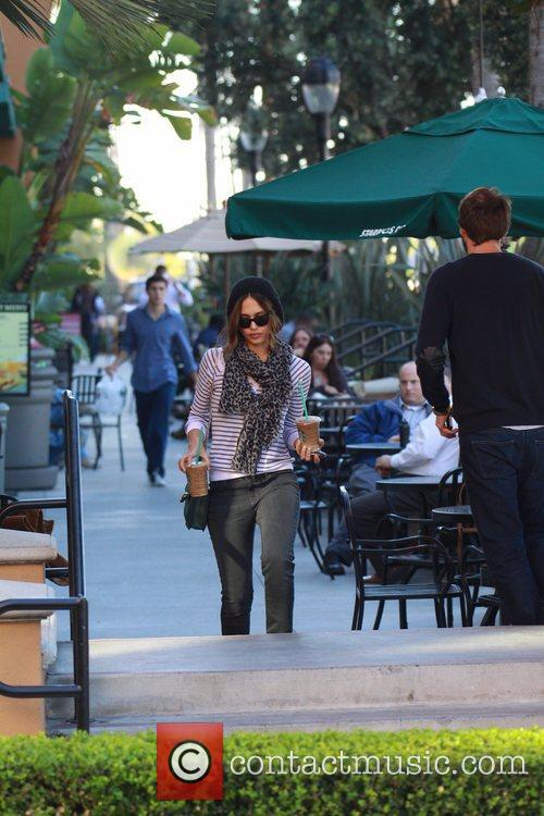 jessica alba picking up two iced coffees 5774798