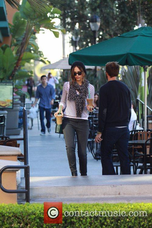 jessica alba picking up two iced coffees 5774799