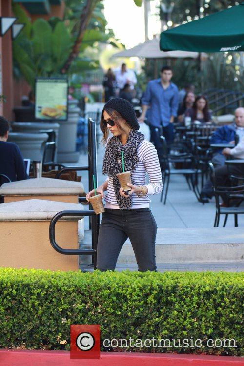 jessica alba picking up two iced coffees 5774808