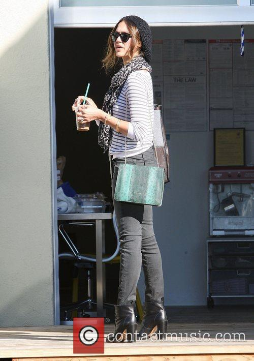 jessica alba picking iced coffees from starbucks 3670500