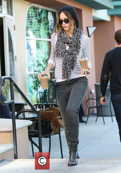 jessica alba picking up two iced coffees 3670507