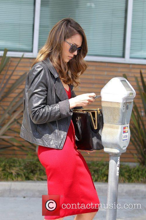 jessica alba seen paying at a parking 5845204