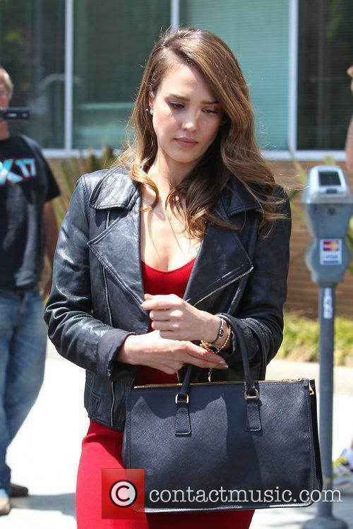 jessica alba seen paying at a parking 5845209
