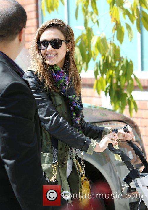 jessica alba arriving at jessica simpsons baby 3786980