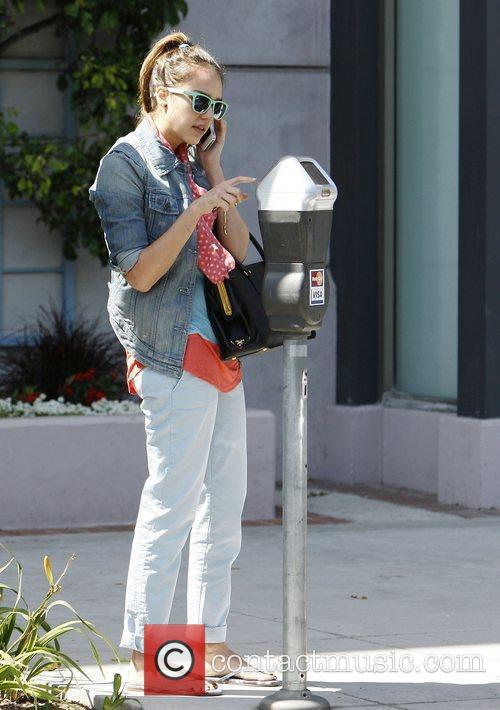 jessica alba talks on her cell phone 3892165