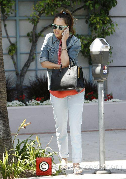 jessica alba talks on her cell phone 3892167