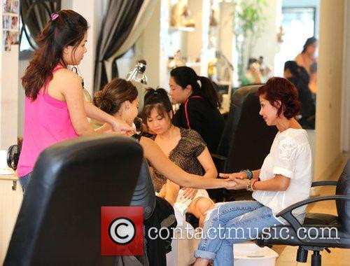 jessica alba gets pampered at nail design 4020664