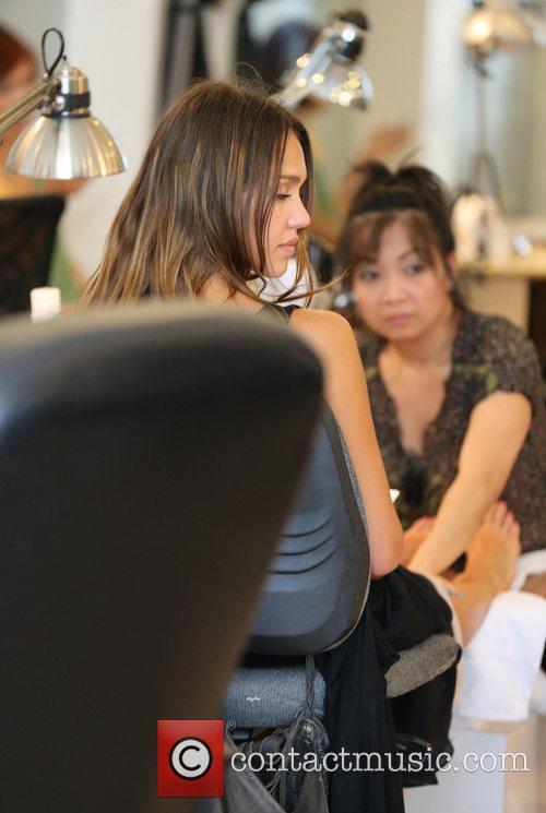 jessica alba gets pampered at nail design 4020666