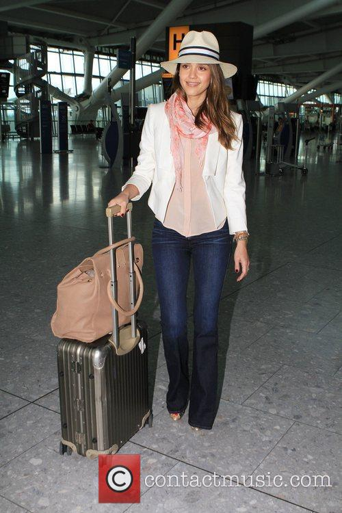 jessica alba prepares to depart from heathrow 3916713